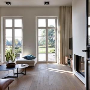 vlassak verhulst villabouw hedendaags interieur oude parket ijzeren metalen deur haard messing plafondhoge gordijnen